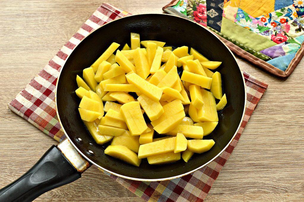 Фото рецепта - Жареный картофель с маринованными грибами - шаг 2