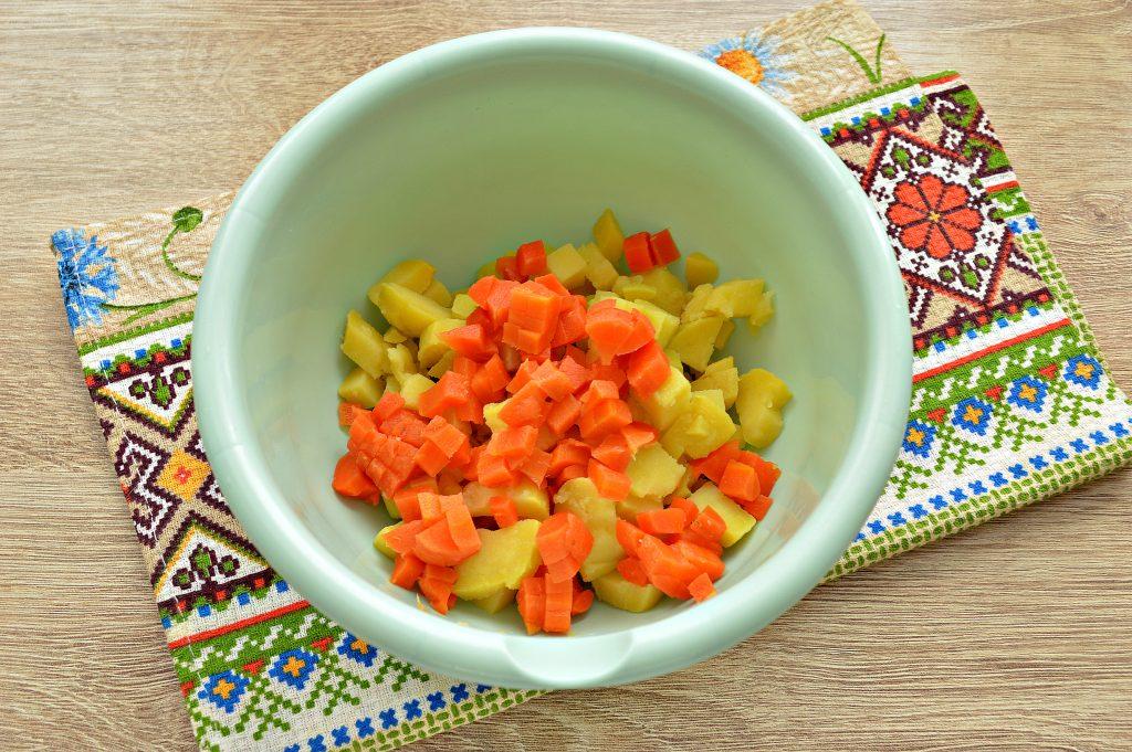 Фото рецепта - Овощной салат с маринованными опятами - шаг 2