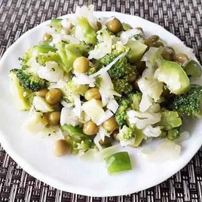 Зеленый салат из капусты с горошком - рецепт с фото