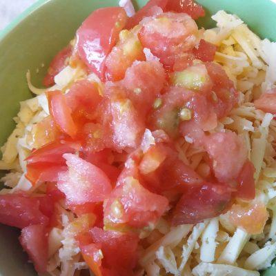 Фото рецепта - Горячие бутерброды с сыром, колбасой и помидорами в микроволновой печи - шаг 2