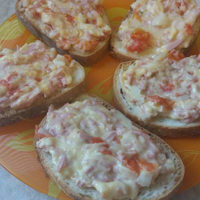 Фото рецепта - Горячие бутерброды с сыром, колбасой и помидорами в микроволновой печи - шаг 5