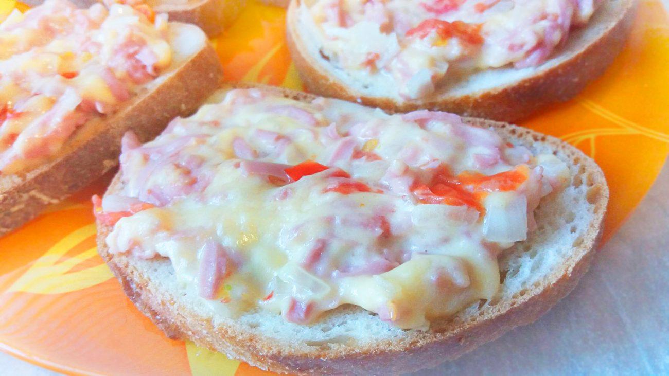 Горячие бутерброды с сыром, колбасой и помидорами в микроволновой печи