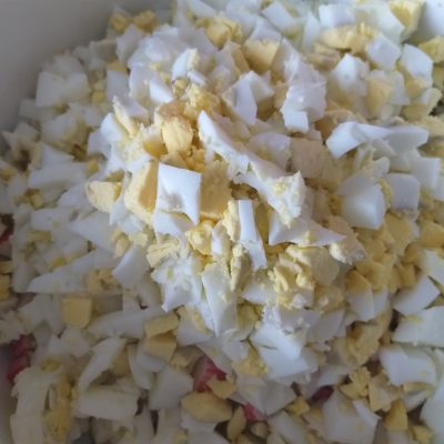 """Фото рецепта - Салат """"Крабик"""" с кукурузой - шаг 4"""