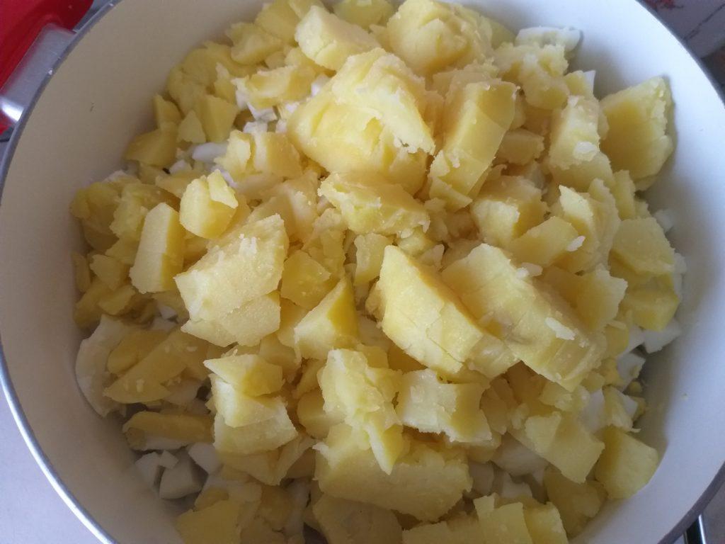 """Фото рецепта - Салат """"Крабик"""" с кукурузой - шаг 5"""