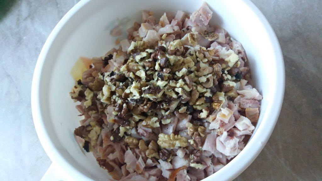 Фото рецепта - Салат из копченой курицы с орехом и черносливом в тарталетках на закуску - шаг 2