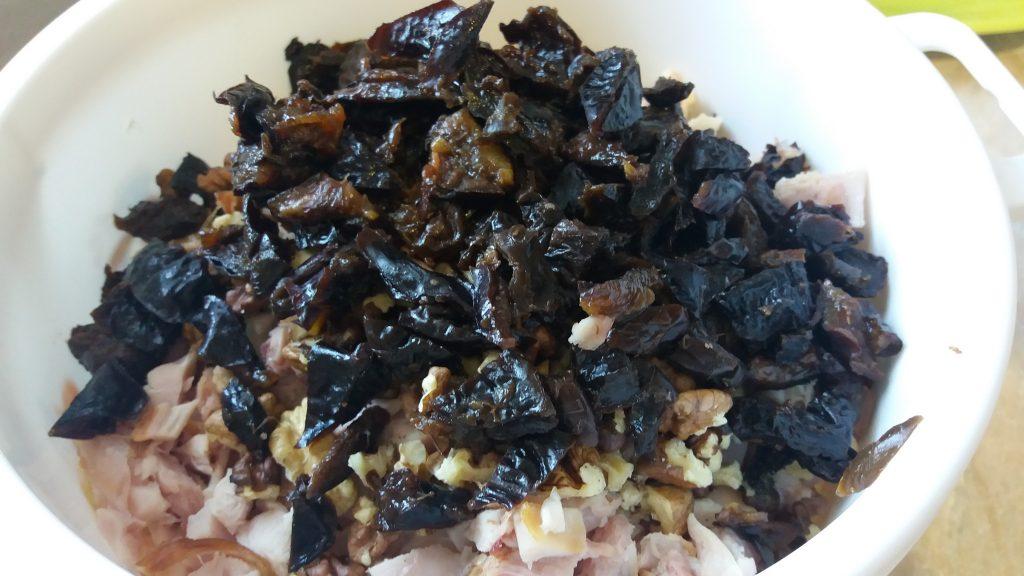 Фото рецепта - Салат из копченой курицы с орехом и черносливом в тарталетках на закуску - шаг 3