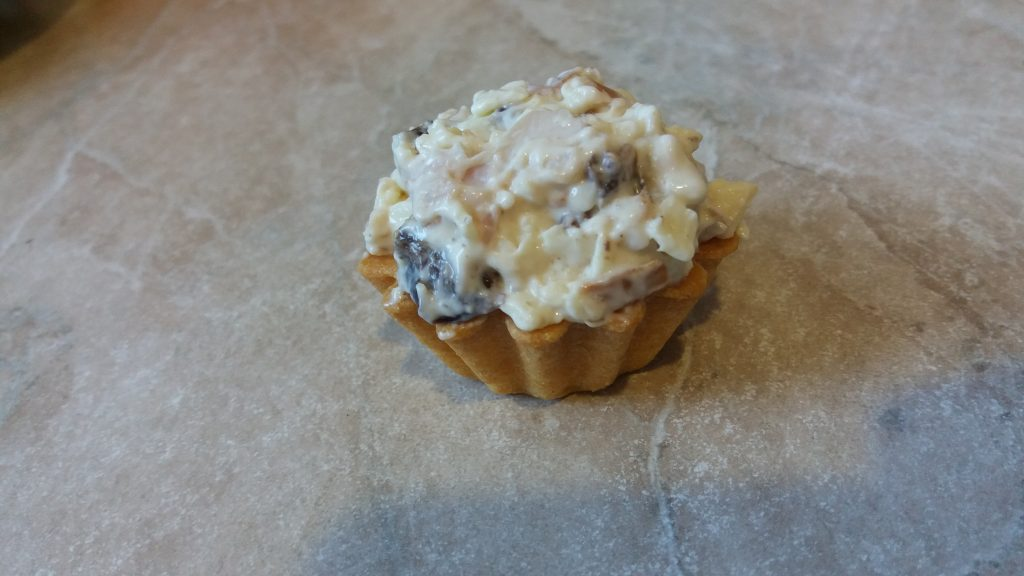 Фото рецепта - Салат из копченой курицы с орехом и черносливом в тарталетках на закуску - шаг 5