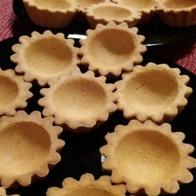 Фото рецепта - Салат из копченой курицы с орехом и черносливом в тарталетках на закуску - шаг 6