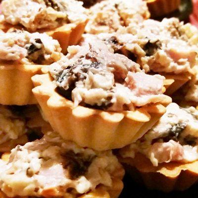 Салат из копченой курицы с орехом и черносливом в тарталетках на закуску - рецепт с фото