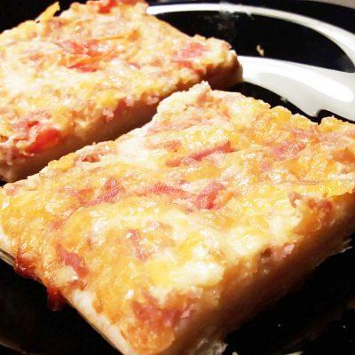 Пицца на бездрожжевом тесте с колбасой и сыром - рецепт с фото