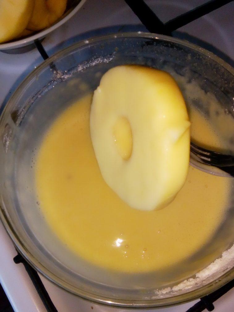 Фото рецепта - Жареные яблоки в яично-кефирном кляре - шаг 4