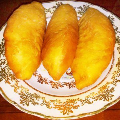 Дрожжевые жареные пирожки с квашеной капустой - рецепт с фото