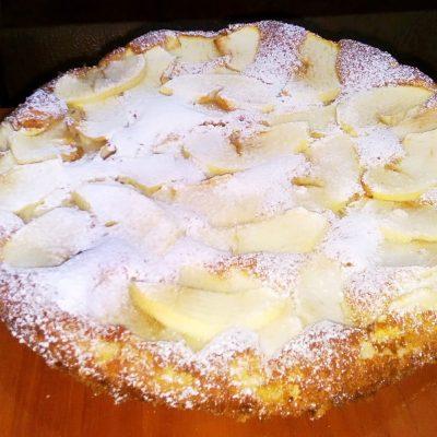 Шарлотка с яблоками на кефире - рецепт с фото