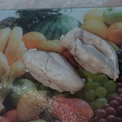 "Фото рецепта - Закуска-салат ""Мандаринки"" из куриного филе, яиц, чернослива и моркови - шаг 1"