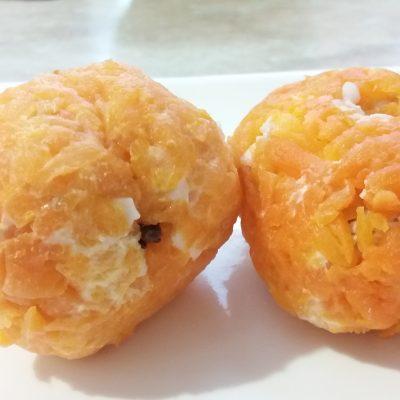 "Фото рецепта - Закуска-салат ""Мандаринки"" из куриного филе, яиц, чернослива и моркови - шаг 6"