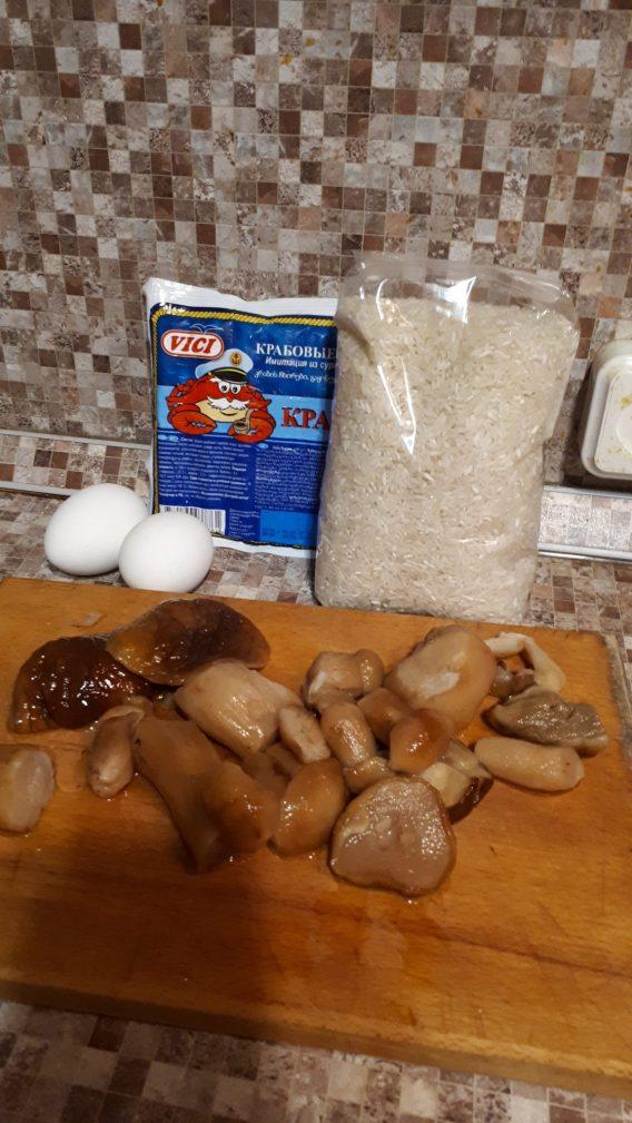 Фото рецепта - Грибной слоеный  салат с крабовыми палочками и рисом - шаг 1