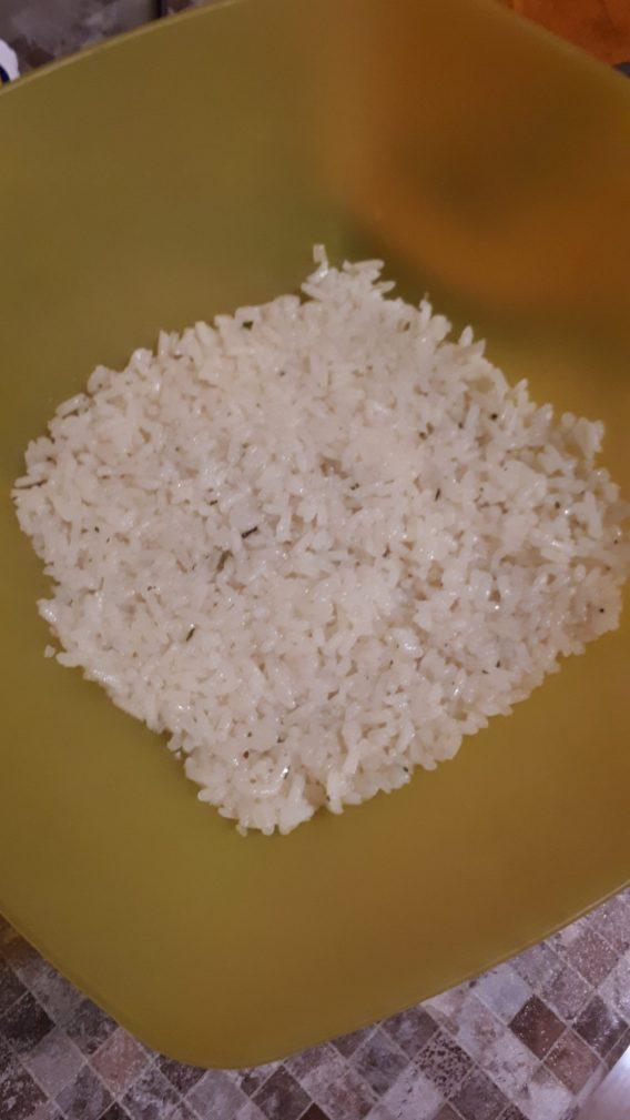 Фото рецепта - Грибной слоеный салат с крабовыми палочками и рисом - шаг 3