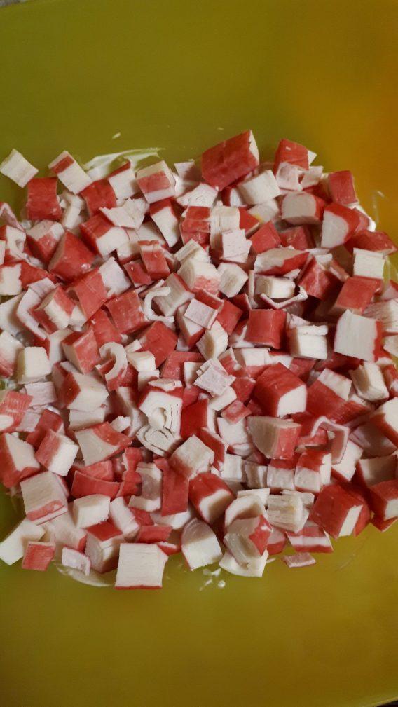 Фото рецепта - Грибной слоеный салат с крабовыми палочками и рисом - шаг 4