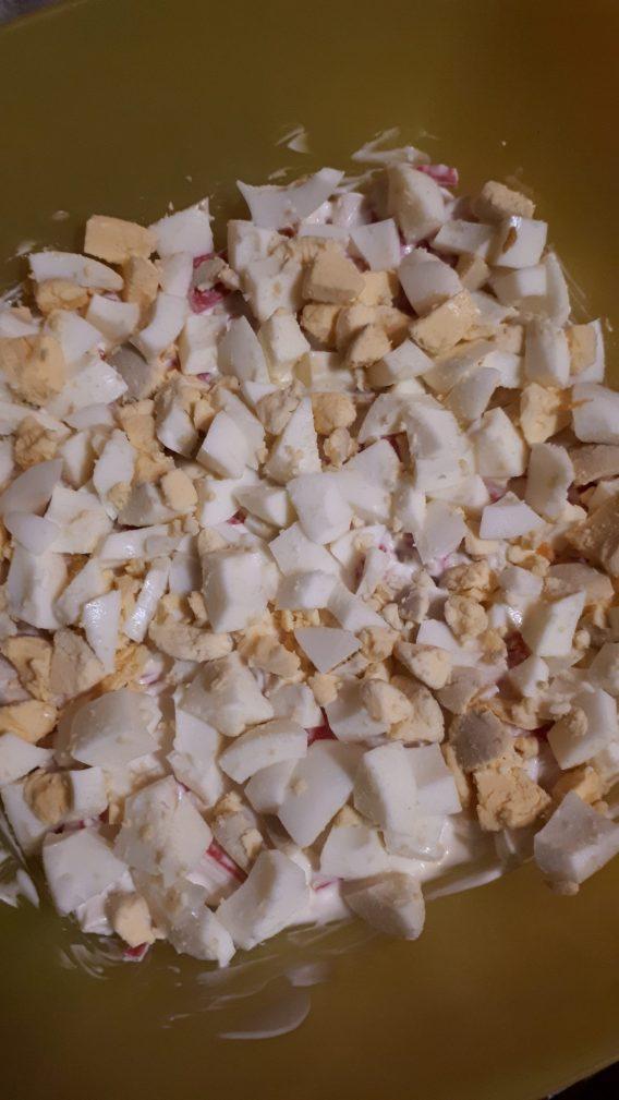 Фото рецепта - Грибной слоеный  салат с крабовыми палочками и рисом - шаг 5