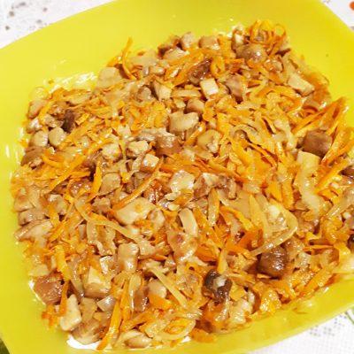 Грибной слоеный  салат с крабовыми палочками и рисом - рецепт с фото