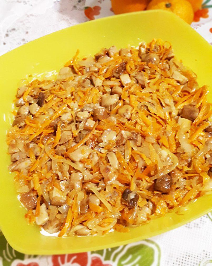 Фото рецепта - Грибной слоеный салат с крабовыми палочками и рисом - шаг 6