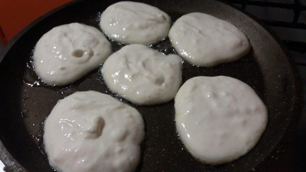 Фото рецепта - Оладьи на сметане и молоке - шаг 4