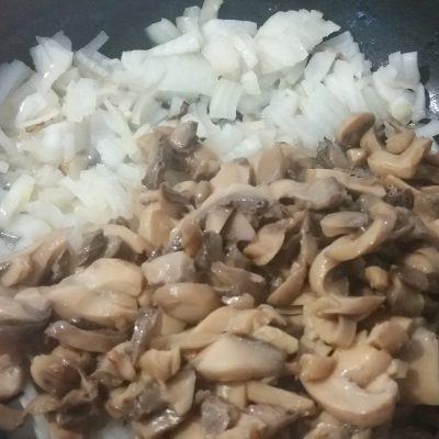Фото рецепта - Кальмары, фаршированные грибами, сыром и яйцом - шаг 1