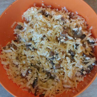 Фото рецепта - Кальмары, фаршированные грибами, сыром и яйцом - шаг 4