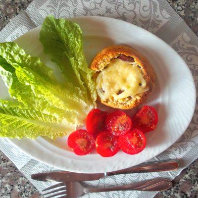 Горячие бутерброды в дрожжевых булочках - рецепт с фото