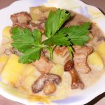 Жаркое из говядины с грибами в сметанном соусе