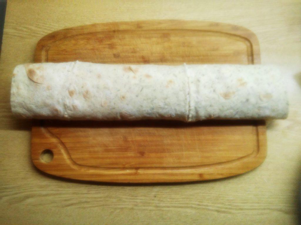 Фото рецепта - Сочный рулет из лаваша с крабовыми палочками и яйцом - шаг 8