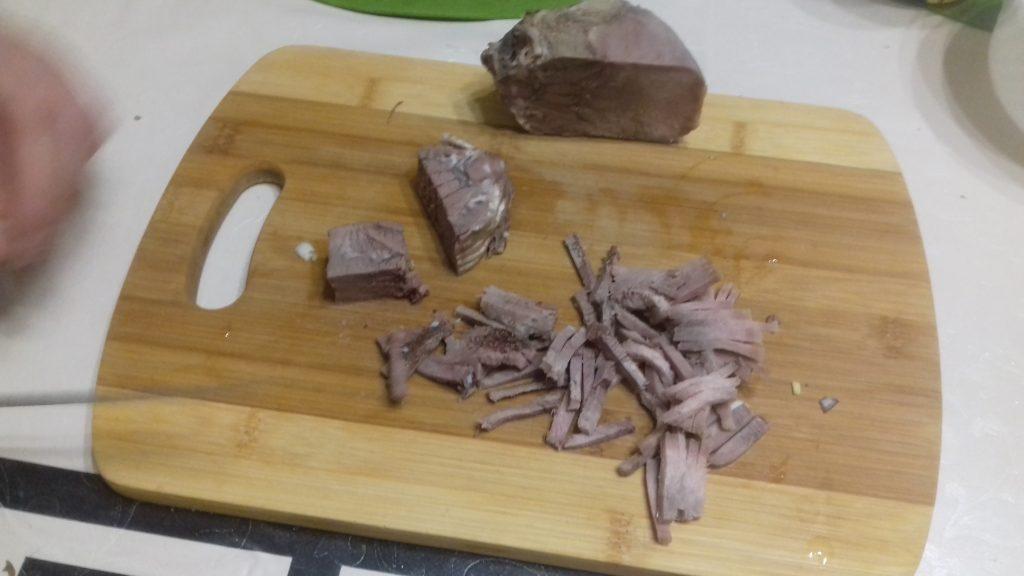 """Фото рецепта - Салат """"Фермерский"""" с говяжьим языком и горошком - шаг 2"""