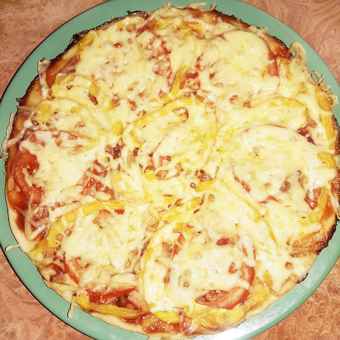 Пицца домашняя на дрожжевом тесте с томатами