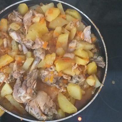 Фото рецепта - Картофель, тушеный с курицей и томатами - шаг 5