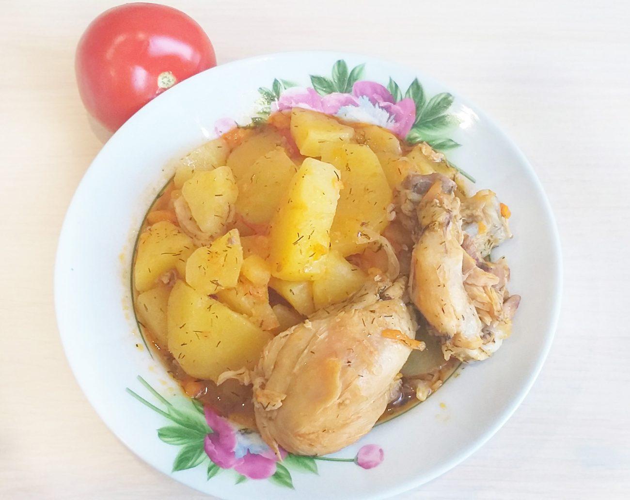 Картофель, тушеный с курицей и томатами