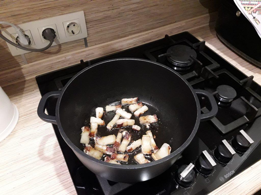 Фото рецепта - Свинина, тушеная с квашеной капустой - шаг 2