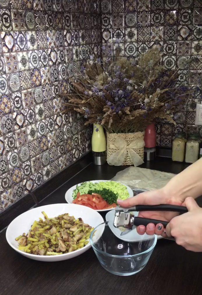 Фото рецепта - Шаурма с картошкой и курицей - шаг 2