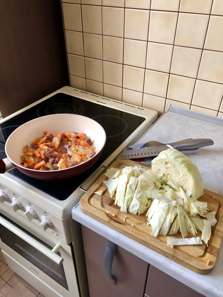 Фото рецепта - Тушеная капуста с говяжьей колбасой и помидорами - шаг 3