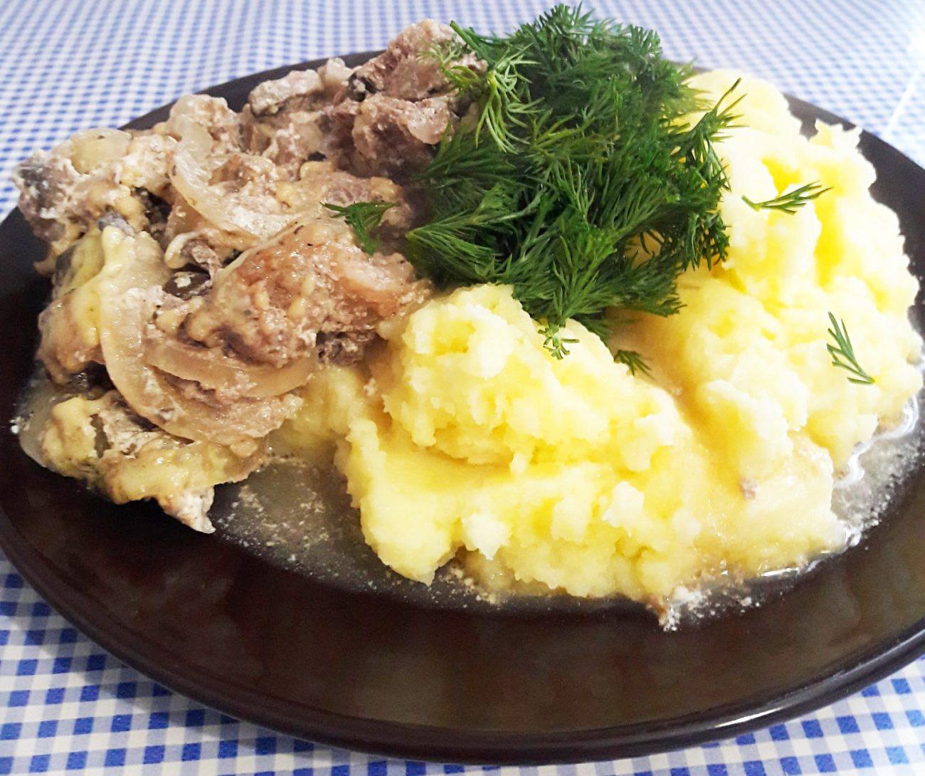 Свинина, запеченная с грибами и сыром
