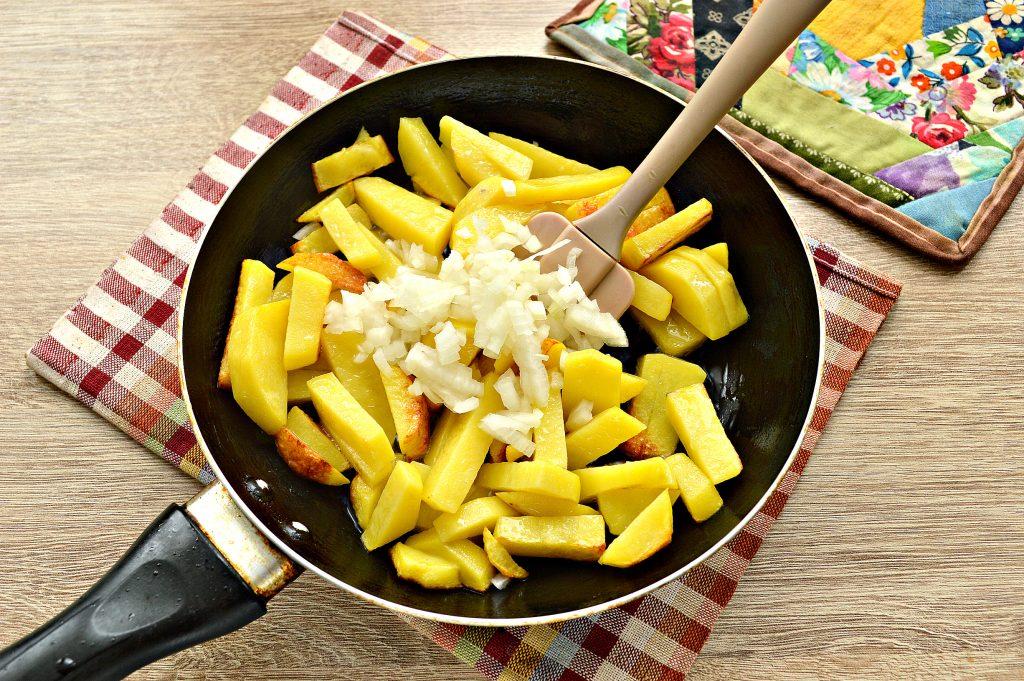 Фото рецепта - Жареный картофель с маринованными грибами - шаг 3