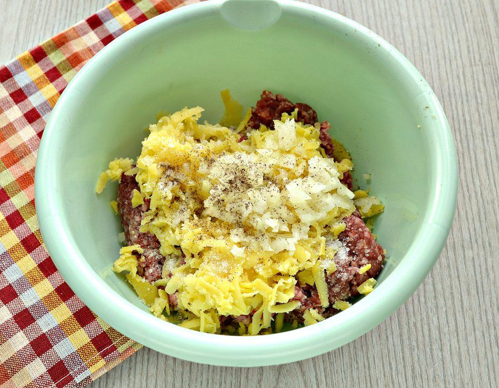 Фото рецепта - Говяжьи котлеты с картофелем - шаг 3