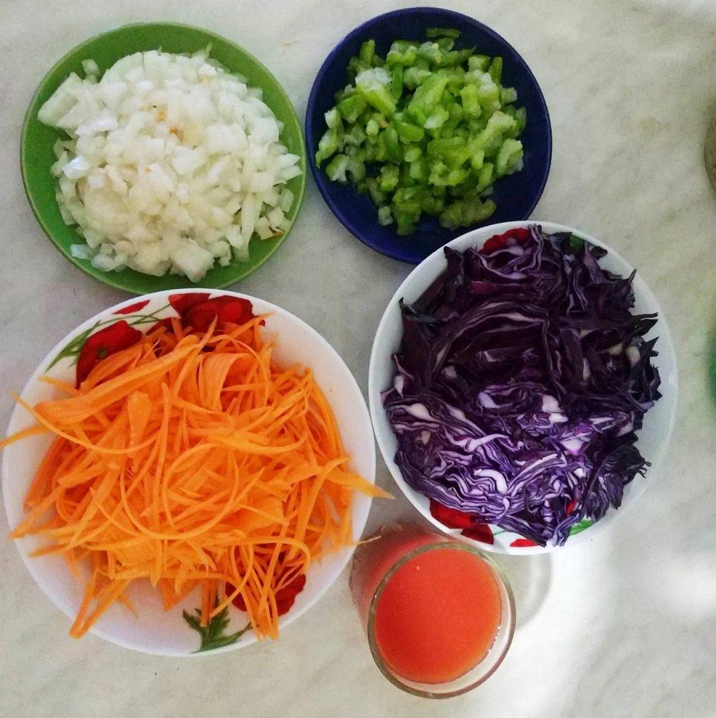 """Фото рецепта - Салат из краснокочанной капусты """"Фиолетовая фантазия"""" (теплый) - шаг 1"""