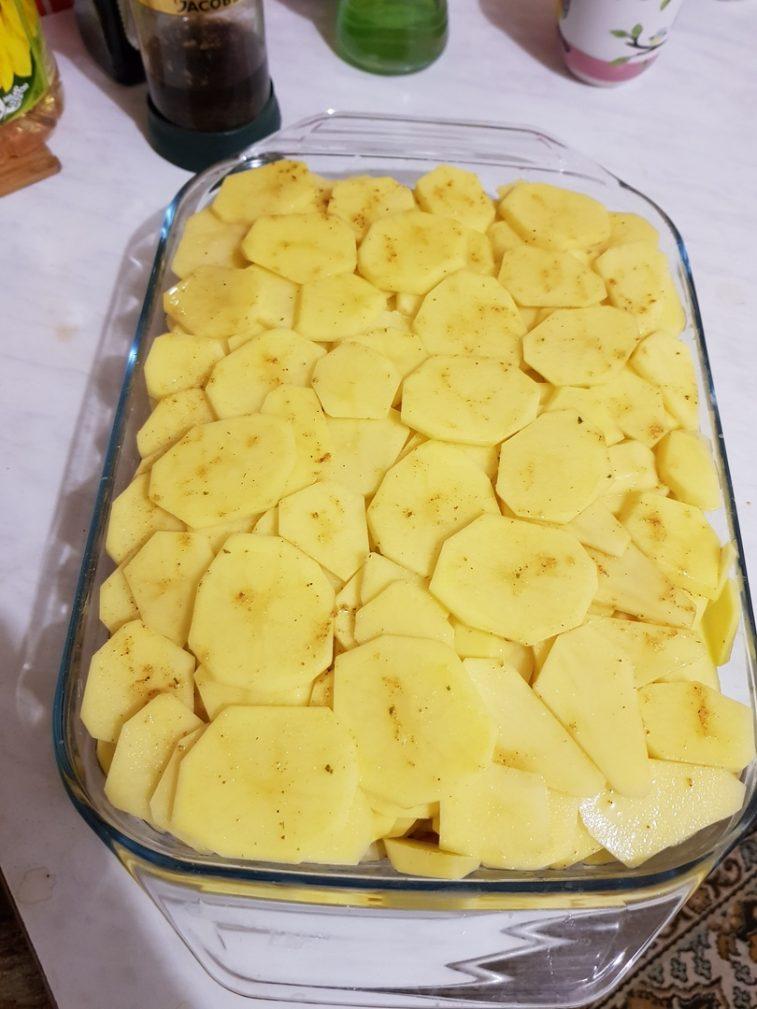 Фото рецепта - Запеченная картошка с бедрами курицы, в духовке - шаг 3