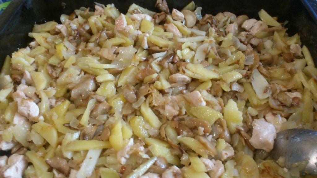Фото рецепта - Картофельная запеканка по-деревенски с курицей и грибами - шаг 2