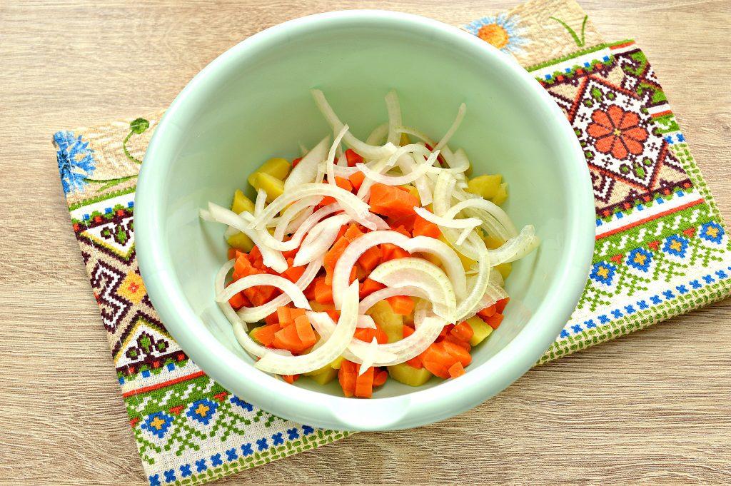 Фото рецепта - Овощной салат с маринованными опятами - шаг 3