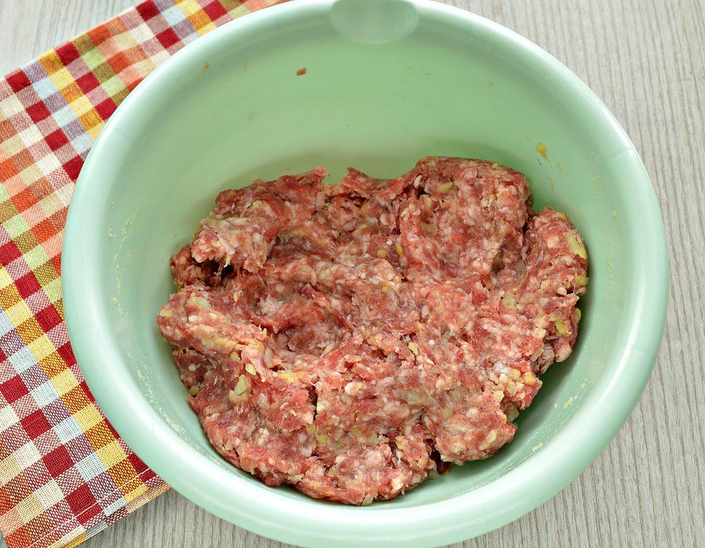 Фото рецепта - Говяжьи котлеты с картофелем - шаг 4