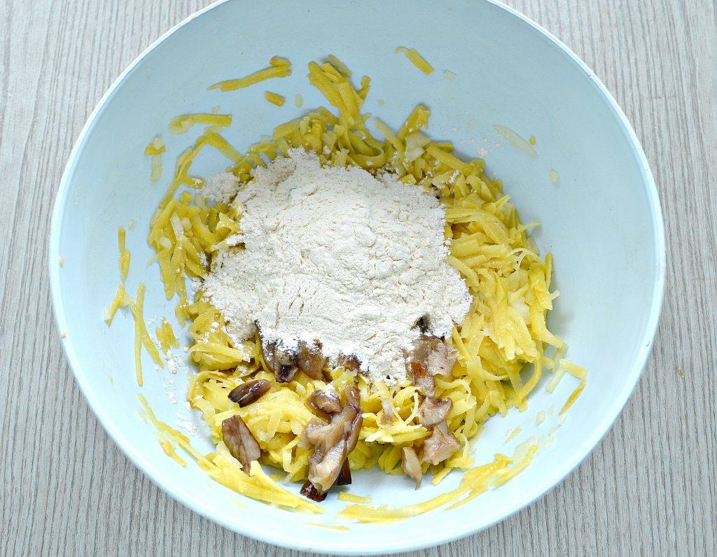 Фото рецепта - Картофельные драники на сковороде с грибами - шаг 4