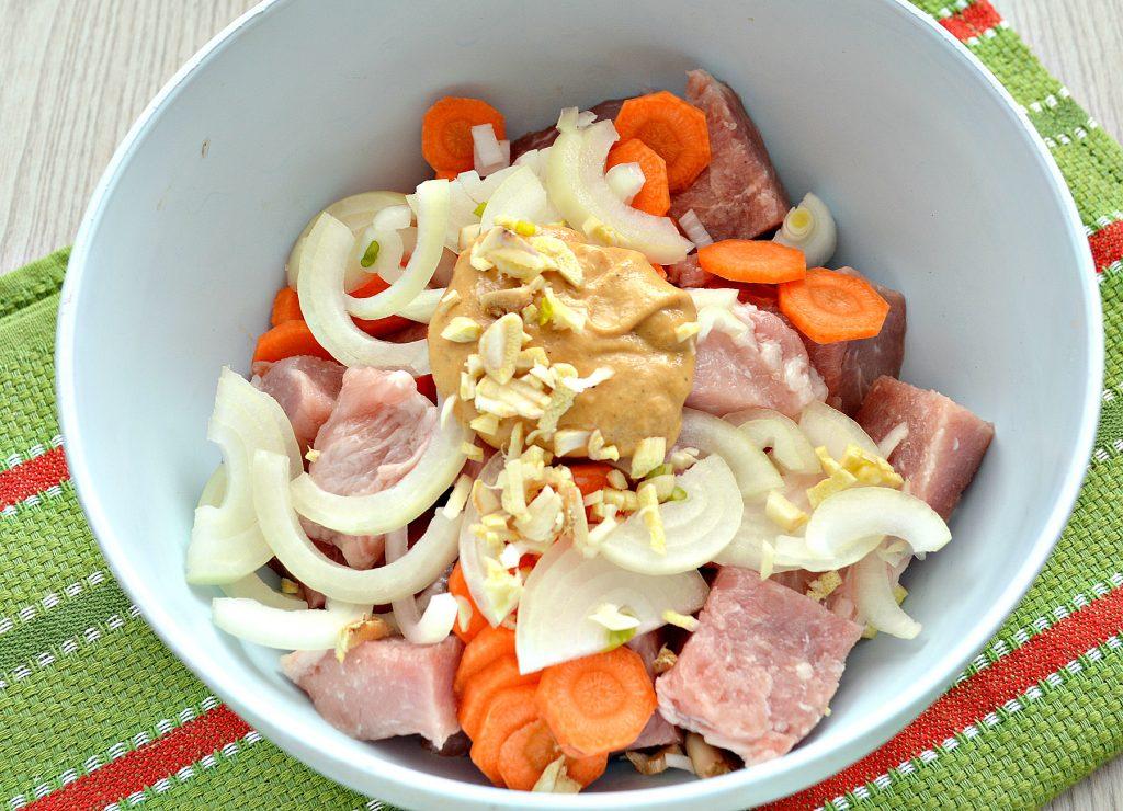 Фото рецепта - Свинина, запеченная в рукаве с овощами и горчицей - шаг 4