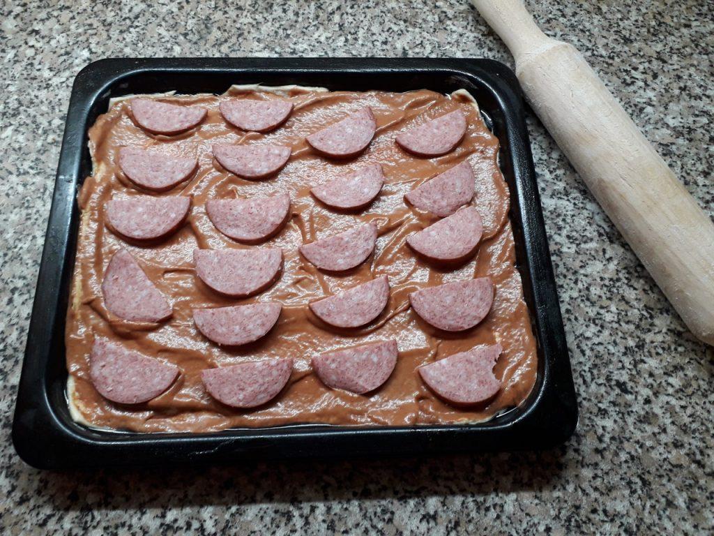 """Фото рецепта - Домашняя пицца """"Обжорка"""" с огурчиками и помидорами - шаг 3"""