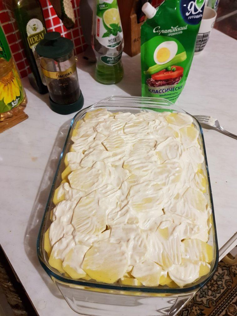 Фото рецепта - Запеченная картошка с бедрами курицы, в духовке - шаг 4